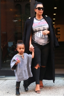 Kim Kardashian, North West, Niños famosos, celebrities, momolo, moda infantil